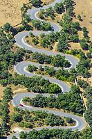 Kurven: SPANIEN, KASTILIEN LEON, SEGOVIA, 20.07.2020: kurvige Strasse in der  Provinz  Kastilien Leon