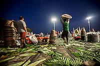 Feirantes na feira do açai no mercado do ver-o-peso. Local: Belém-PA, Data: 03/11/2012, Foto: Ana Mokarzel