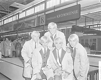 Le groupe LES TETES BLANCHES arrivent en Hollande, 13 Octobre 1964<br /> <br /> <br /> Arrival of  singing group Les Tetes Blanches at Schiphol, they come from Quebec (Canada)<br /> Date October 13, 1964<br /> Location North Holland, Schiphol<br /> <br /> Photographer Bilsen, Joop from / Anefo