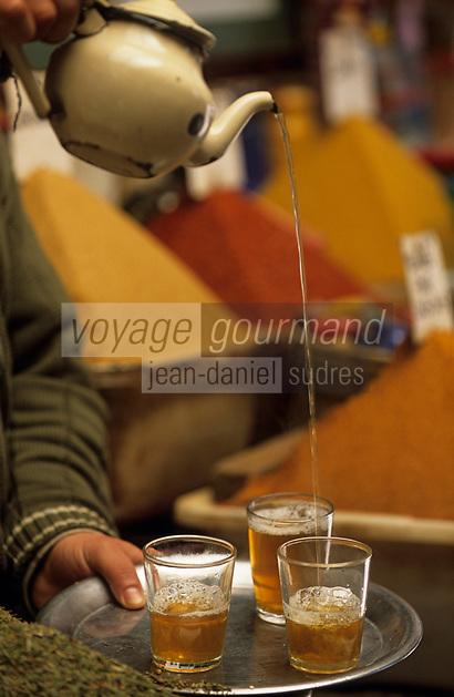 Afrique/Maghreb/Maroc/Essaouira : Au marché aux épices dans le souk, chez Saddiki on offre le thé à la menthe