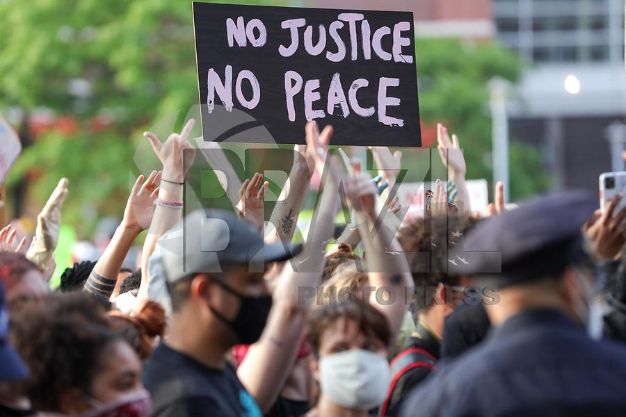 """Nova York (EUA), 29/05/2020 - Protesto / Racismo New York - Manifestantes  durante um protesto """"Black Lives Matter""""   no Brooklyn na cidade de Nova York nos Estados Unidos em indignação depois que George Floyd, um negro desarmado, morreu ao ser preso por um policial em Minneapolis que prendeu ele no chão com o joelho. Manifestações estão sendo realizadas nos EUA depois que George Floyd morreu sob custódia policial em 25 de maio 2020. No ato de New York alguns manifestantes foram presos e alguns policiais ficaram feridos. (Foto: William Volcov/Brazil Photo Press)"""