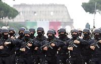 Un momento della parata militare per la Festa della Repubblica a Roma, 2 giugno 2008. .A view of the military parade for the Italian Republic Day in Rome, 2 june 2008. UPDATE IMAGES PRESS/Riccardo De Luca