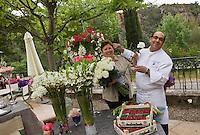 Europe/France/Provence-Alpes-Côte d'Azur/83/Var/Callas:  Phillipe Da Silva de l' Hostellerie Les Gorges de Pennafort et son épouse  décorent terrasse et salle de  leur retaurant avec des compositions florales