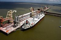 Alunorte, a maior refinaria de alumina do mundo <br /> Em 1978, um acordo entre os governos do Brasil e do Japão — que contou com a participação da Vale (na época, chamada de Companhia Vale do Rio Doce) — criou a empresa Alunorte - Alumina do Norte do Brasil S.A, idealizada para integrar a cadeia produtiva do alumínio no Pará, estado rico em bauxita, matéria-prima da alumina.<br /> Construída estrategicamente em Barcarena, município situado a 40 quilômetros, em linha reta, de Belém (PA), a Alunorte iniciou suas operações em julho de 1995, após um período de paralisação das obras em função de uma crise no mercado, que retardou a implantação do projeto.<br /> Em 2000, iniciou-se o primeiro projeto de expansão da refinaria, que foi concluído em 2003. Com a ampliação, a capacidade produtiva passou de 1,6 para 2,5 milhões de toneladas de alumina por ano. Com esse salto na produção, a empresa ganhou destaque no cenário internacional e passou a figurar como a maior refinaria da América Latina e a quarta do mundo. Nesse mesmo ano, iniciou-se a segunda expansão.<br /> A conclusão da segunda expansão terminou no primeiro semestre de 2006, consolidando a Alunorte como a maior refinaria de alumina do planeta. A empresa chegava então a uma capacidade de produção de 4,4 milhões de toneladas de alumina por ano, gerando emprego para cerca de 2,5 mil pessoas (funcionários próprios e contratados).<br /> Em agosto de 2008, a Alunorte concluiu as obras da Expansão 3, um investimento de R$ 2,2 bilhões que capacitou a empresa para produzir 6,26 milhões de toneladas de alumina por ano. Com esse patamar, a Alunorte passou a ser responsável por 7% da produção mundial de alumina.<br /> Barcarena, Pará, Brasil.<br /> Foto: ©Paulo Santos<br /> 2006