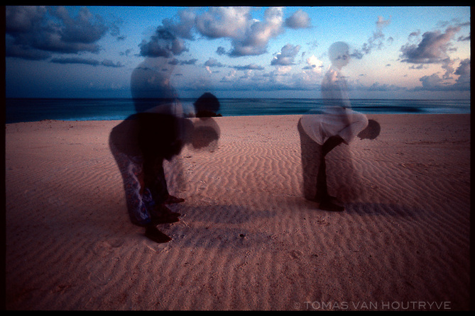 Muslims turn toward Mecca and pray on Stero beach on the South coast of the island of Socotra, Yemen on Thursday, 19 May 2005.<br />