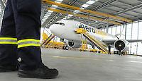 Pressekonferenz und Eröffnungszeremonie der Zusammenarbeit von DHL und Lufthansa Cargo als AeroLogic - Luftfracht Air Cargo Post - mit 8 Boeing 777 (B777F) wird begonnen -  im Bild: Der neue Supervogel im Hangar . Foto: Norman Rembarz..