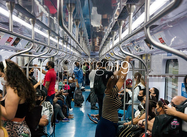 SÃO PAULO, SP, 26.03.2021:  Movimentação CPTM SP -Movimentação de  passageiros  na linha 7 Rubi da CPTM que liga a cidade de Franscico Morato à Estação da Brás da CPTM na região central da cidade de São Paulo na manhã desta sexta -feira (26). A cidade de São Paulo antecipou 5 feriados com objetivo de diminuir a circulação de pessoas devido ao aumento de casos de Covid - 19