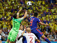 KAZAN - RUSIA, 24-06-2018: Wojciech SZCZESNY (Izq) arquero de Polonia disputa el balón con Radamel FALCAO (Der) jugador de Colombia durante partido de la primera fase, Grupo H, por la Copa Mundial de la FIFA Rusia 2018 jugado en el estadio Kazan Arena en Kazán, Rusia. /  Wojciech SZCZESNY (L) goalkeeper of Polonia fights the ball with Radamel FALCAO (R) player of Colombia during match of the first phase, Group H, for the FIFA World Cup Russia 2018 played at Kazan Arena stadium in Kazan, Russia. Photo: VizzorImage / Julian Medina / Cont
