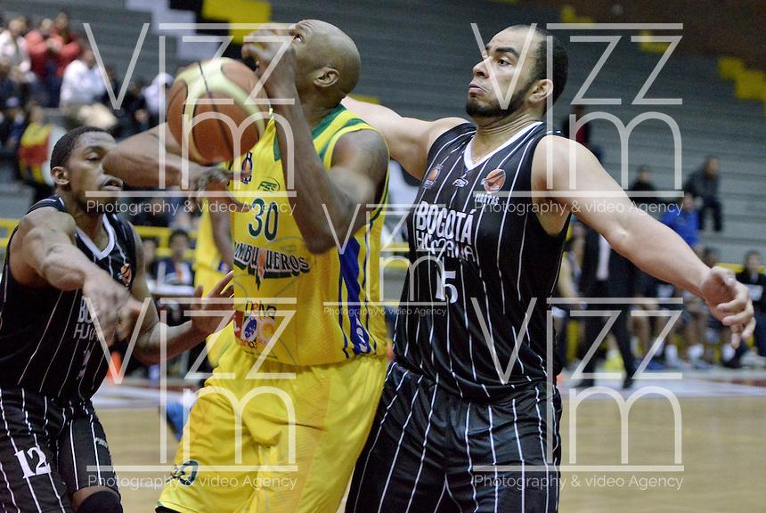 BOGOTÁ -COLOMBIA. 16-10-2013. Fredy Asprilla (D) de Piratas de Bogotá lucha por el balón con Quentin Lemar Smith (C) de Bambuqueros durante partido válido por la fecha 28 de la  Liga DirecTV de Baloncesto 2013-II de Colombia realizado en el coliseo El Salitre de Bogotá./ Fredy Asprilla (R) of Piratas de Bogota fights for the ball with Quentin Lemar Smith (C) of Bambuqueros de Neiva during match valid for the 28th date of DirecTV Basketball League 2013-II in Colombia at El Salitre coliseum in Bogota. Photo: VizzorImage / Gabriel Aponte/ Str