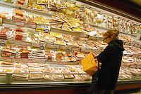 - Esselunga supermarket, the meat counter....- supermercato Esselunga, banco delle carni