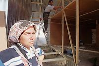 Nach dem Erdbeben im August in der Tuerkei leben tausende Menschen in Zeltlagern und Behilfszelten.<br /> Da staatliche Hilfe nur zoegernd oder gar nicht kommt, haben sich die Bewohner der schwer getroffenen Ortschaft Altmis Evler selber daran gemacht halbwegs winterfeste Unterkuenfte zu bauen.<br /> Hier: Murat Kantarci, hinten, baut fuer seine Familie und die seines Bruders eine Wellblechhuette. Kosten ca. 500 Millionen Lira (2.000 DM). Das durchschnittliche Monatseinkommen liegt bei nur 100 bis 120 Millionen Lira. Vorne, seine Schwaegerin.<br /> 14.10.1999, Altmis Evler/Tuerkei<br /> Copyright: Christian-Ditsch.de<br /> [Inhaltsveraendernde Manipulation des Fotos nur nach ausdruecklicher Genehmigung des Fotografen. Vereinbarungen ueber Abtretung von Persoenlichkeitsrechten/Model Release der abgebildeten Person/Personen liegen nicht vor. NO MODEL RELEASE! Nur fuer Redaktionelle Zwecke. Don't publish without copyright Christian-Ditsch.de, Veroeffentlichung nur mit Fotografennennung, sowie gegen Honorar, MwSt. und Beleg. Konto: I N G - D i B a, IBAN DE58500105175400192269, BIC INGDDEFFXXX, Kontakt: post@christian-ditsch.de<br /> Bei der Bearbeitung der Dateiinformationen darf die Urheberkennzeichnung in den EXIF- und  IPTC-Daten nicht entfernt werden, diese sind in digitalen Medien nach §95c UrhG rechtlich geschützt. Der Urhebervermerk wird gemaess §13 UrhG verlangt.]