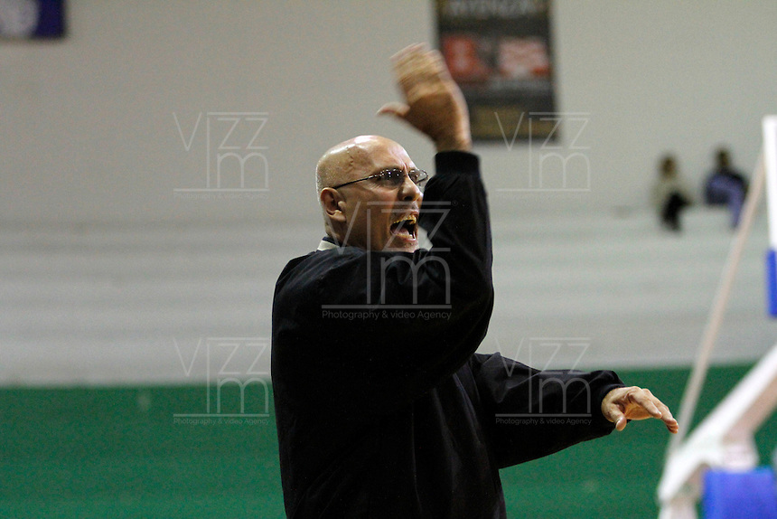MANIZALEZ -COLOMBIA -26-04-2013.  Guillermo Moreno técnico de Once Caldas durante partido contra Bambuqueros en la fecha 5 fase II de la  Liga Direct TV de baloncesto Profesional de Colombia realizado en el coliseo Municipal de Caldas./ Once Caldas coach Guillermo Moreno during match against Bambuqueros on the 5th date phase II of  DirecTV professional basketball League in Colombia at Municipal coliseum of Caldas. Photo: VizzorImage/Yonboni/STR