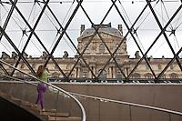 Parigi, museo del Louvre, FRANCIA - Jeoh Ming Pei, 1989, piramide di vetro,  una turista fotografa il Louvre dall'interno della piramide