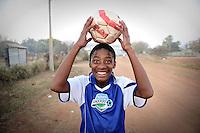 Un ragazzo che vive nelle case del villaggio di Sun City a 200 metri dal Royal Bafokeng Stadium di Rustenburg gioca a pallone per le strade.USA Ghana 1-2 - USA vs Ghana 1-2.Ottavi di finale - Round of 16 matches.Campionati del Mondo di Calcio Sudafrica 2010 - World Cup South Africa 2010.Royal Bafokeng Stadium, Rustenburg, 26 / 06 / 2010.© Giorgio Perottino / Insidefoto .