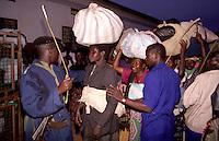 GULU / NORD UGANDA.LE FORZE DI SICUREZZA CERCANO DI FRENARE L'IMPONENTE MASSA DI 'NIGHT COMMUTERS' CHE COME OGNI MATTINA ABBANDONANO IL LACOR HOSPIAL PER RITORNARE AI LORO VILLAGGI. .FOTO LIVIO SENIGALLIESI..GULU / NORTH UGANDA.Every night in northern Uganda, tens of thousands of children, known as night commuters, flow into town centres or local hospital..They come seeking safety in shelters set up by aid agencies, with the Ugandan government unable to end a brutal 20-year war and protect them from rebel attacks..Photo Livio Senigalliesi