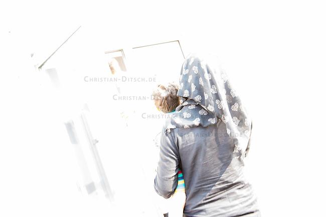 Zentrale Auslaenderbehoerde und BAMF-Aussenstelle in Eisenhuettenstadt.<br /> Bundesinnenminister Thomas de Maiziere und brandeburgs Ministerpraesident Dietmar Woidke besuchten am Donnerstag den 13. August 2015 die Zentrale Auslaenderbehoerde und BAMF-Aussenstelle in Eisenhuettenstadt. Sie liessen sich von Mitarbeitern die Situation in der Einrichtung zeigen und erklaeren, sprachen mit Fluechtlingen und besichtigten das auf dem Gelaende befindliche Abschiebegefaengnis.<br /> Der Besuch des Bundesinnenministers und des Ministerpraesidenten wurde von etwa 40 Journalisten begleitet.<br /> Im Bild: Fluechtlinge nach ihrer Ankunft auf dem Gelaende.<br /> 13.8.2015, Eisenhuettenstadt/Brandenburg<br /> Copyright: Christian-Ditsch.de<br /> [Inhaltsveraendernde Manipulation des Fotos nur nach ausdruecklicher Genehmigung des Fotografen. Vereinbarungen ueber Abtretung von Persoenlichkeitsrechten/Model Release der abgebildeten Person/Personen liegen nicht vor. NO MODEL RELEASE! Nur fuer Redaktionelle Zwecke. Don't publish without copyright Christian-Ditsch.de, Veroeffentlichung nur mit Fotografennennung, sowie gegen Honorar, MwSt. und Beleg. Konto: I N G - D i B a, IBAN DE58500105175400192269, BIC INGDDEFFXXX, Kontakt: post@christian-ditsch.de<br /> Bei der Bearbeitung der Dateiinformationen darf die Urheberkennzeichnung in den EXIF- und  IPTC-Daten nicht entfernt werden, diese sind in digitalen Medien nach §95c UrhG rechtlich geschuetzt. Der Urhebervermerk wird gemaess §13 UrhG verlangt.]