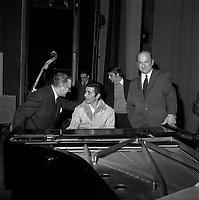 23 mars 1968. Vue de Gilbert Bécaud derrière son piano au théâtre du Capitole.