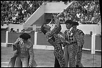 15 Septembre 1968. Vue du torero Tinin qui boit à la gourde dans les arènes de Toulouse.