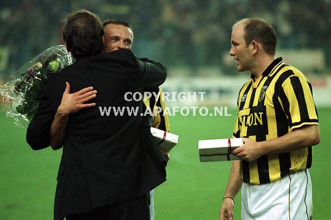 Arnhem,27-01-99  Foto;Koos Groenwold (APA)<br />Sturing wordt omhelsd door voorzitter van Vitesse Aalbers.Bos kijkt toe.