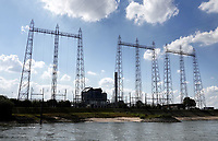 Nederland  Nijmegen  - September 2020 .   Hoogspanningsmasten aan de Waal.    Foto : ANP/ Hollandse Hoogte / Berlinda van Dam