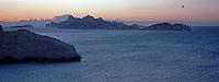 Europe/France/13/Bouches-du-Rhône/ Marseille: Les Goudes Calanque de la Baie des Singes et vue en fond sur l'Ile Riou à l'aube