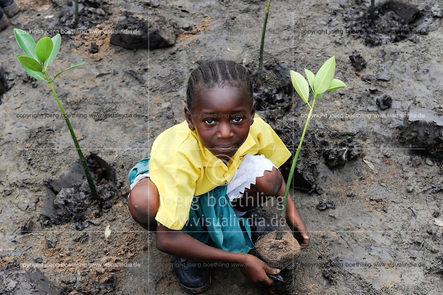 Kenya Mombasa , children plant mangrove during school excursion at the coastal belt for climate and coast protection and against sea erosion / KENIA Projekt Kuestenschutz in Kuestenregion bei Mombasa , Ort Majaoni , Kinder einer Schulklasse aus Majaoni bei Mangroven Anpflanzung, Maedchen Fatuma Salim, ist 9 Jahre alt und Schuelerin der 3. Klasse der Majaoni Primary School und dort ist sie im Umweltclub aktiv