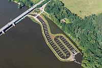 Fischpass Geesthacht: EUROPA, DEUTSCHLAND, SCHLESWIG- HOLSTEIN, GEESTHACHT, (GERMANY), 01.09.2021: Ein Fischweg oder Fischpass auch Fischwanderhilfe, im Volksmund häufig nur Fischtreppe genannt,  ist eine wasserbauliche Vorrichtung, die in Fließgewässern installiert wird, um vor allem Fischen im Rahmen der Fischwanderung die Möglichkeit zu geben, Hindernisse Stauwehre  zu überwinden.<br />Alle Fließgewässer Organismen sind auf die Durchwanderbarkeit der Gewässer angewiesen. Fischwanderhilfen werden also an Wanderhindernissen in Fließgewässern angeordnet. Sie ermöglichen Fischen und auch Kleintieren der Gewässersohle (Makrozoobenthos) die Überwindung von  künstlichen Hindernissen.