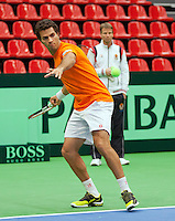 06-02-12, Netherlands,Tennis, Den Bosch, Daviscup Netherlands-Finland, Training, Debutant Jean-Julian Rojer  word gadegeslagen door captain Jan Siemerink.
