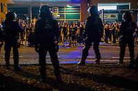 """Mehrere hundert Rechte, Nazis und Hooligans und rassistische Buerger protestierten am Donnerstag den 15. September 2016 im saechsischen Bautzen gegen Fluechtlinge. In den Tagen zuvor war es auf dem Kornmarkt, im Zentrum der Stadt, zu Auseinandersetzungen gekommen, in deren Zuge unbegleitete minderjaehrige Fluechtlinge von den Rechten durch die Stadt gejagt wurden. Mehrere Fluechtlinge  wurden dabei verletzt, einer musste im Krankenhaus aertzlich versorgt werden.<br /> Fuer den 15. September hatten Antirassisten eine Kundgebung auf dem Kornmarkt angemeldet. Die Rechten besetzen jedoch den Platz und den Antirassisten gelang es nur unter Polizeischutz eine kurze Kundgebung abzuhalten und wurden dann von der Polizei vom Platz geleitet.<br /> Die Rechten versuchten die Kundgebung anzugreifen, dabei kam es zu Flaschenwuerfen und einem Angriff auf einen Kameramann. Es wurden Parolen wie """"Deutschland den Deutschen, Auslaender raus!"""", """"Luegenpresse"""" und """"Bautzen bleibt deutsch"""" gegroehlt. Ein Rechter wurde lt. Polizei festgenommen.<br /> Die Polizei vor den Rechten.<br /> 15.9.2016, Bautzen/Sachsen<br /> Copyright: Christian-Ditsch.de<br /> [Inhaltsveraendernde Manipulation des Fotos nur nach ausdruecklicher Genehmigung des Fotografen. Vereinbarungen ueber Abtretung von Persoenlichkeitsrechten/Model Release der abgebildeten Person/Personen liegen nicht vor. NO MODEL RELEASE! Nur fuer Redaktionelle Zwecke. Don't publish without copyright Christian-Ditsch.de, Veroeffentlichung nur mit Fotografennennung, sowie gegen Honorar, MwSt. und Beleg. Konto: I N G - D i B a, IBAN DE58500105175400192269, BIC INGDDEFFXXX, Kontakt: post@christian-ditsch.de<br /> Bei der Bearbeitung der Dateiinformationen darf die Urheberkennzeichnung in den EXIF- und  IPTC-Daten nicht entfernt werden, diese sind in digitalen Medien nach §95c UrhG rechtlich geschuetzt. Der Urhebervermerk wird gemaess §13 UrhG verlangt.]"""