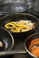 Europe/France/Bretagne/22/Côtes d'Armor/Saint-Brieuc: Cuisson des légumes à la poêle chez Jean-Marie Baudic  restaurant: Youpala Bistrot