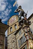 Europe/Suisse/Jura Suisse/ Neuchatel: Rue du Château ,la Tour de Diesse et la satue de la fontaine du Banneret