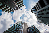 Milano, Porta Nuova Varesine. Prospettiva dal basso delle torri residenziali Solaria, Solea e Aria --- Milan, Porta Nuova Varesine. Perspective from below of the residential towers Solaria, Solea and Aria