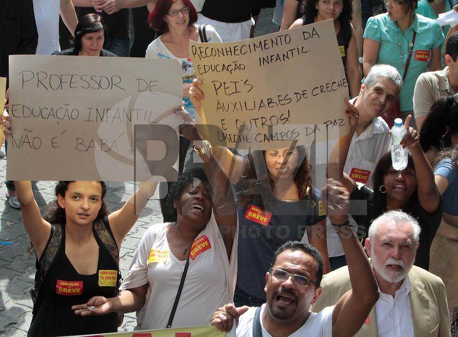RIO DE JANEIRO, RJ, 14 AGOSTO 2013 - PASSEATA PROFESSORES RJ - Os professores do Rio de Janeiro dando continuidade a greve da categoria seguem aos milhares em  uma passeata pela zona sul da cidade, a passeata saiu do Largo do Machado e segue até o Palácio da Cidade nessa quarta 14. (FOTO: LEVY RIBEIRO / BRAZIL PHOTO PRESS)
