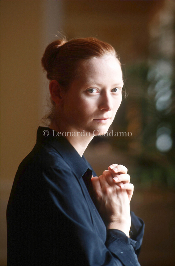 Tilda Swinton, all'anagrafe Katherine Matilda Swinton, è un'attrice britannica. Ha esordito nel 1986 con il film Caravaggio di Derek Jarman. Nel 1992 ha interpretato Isabella di Francia in Edoardo II, per il quale vince la Coppa Volpi alla miglior attrice alla Mostra del cinema di Venezia. Lido, 5 settembre 1998. Photo by Leonardo Cendamo/Getty Images