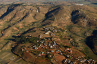 MADAGASCAR, flight to Antananarivo, village and paddy fields in mountains / MADAGASKAR, Anflug Antananarivo , Luftbild Reisfelder im Hochland
