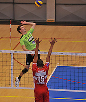 Volley Team Menen - Hotvolleys Wenen : Jolan Cox (links) met de smash tegenover Ricardo Serafim (15)<br /> foto VDB / Bart Vandenbroucke