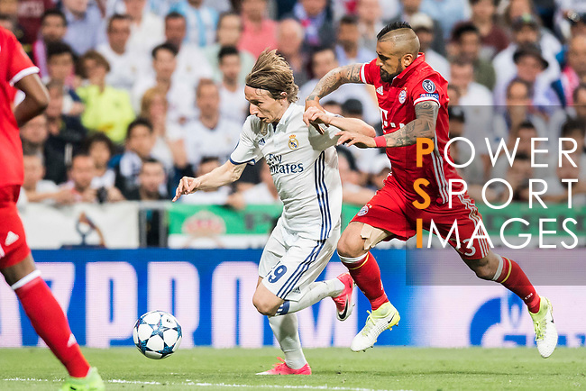 Luka Modric (l) of Real Madrid battles for the ball with Arturo Vidal of FC Bayern Munich during their 2016-17 UEFA Champions League Quarter-finals second leg match between Real Madrid and FC Bayern Munich at the Estadio Santiago Bernabeu on 18 April 2017 in Madrid, Spain. Photo by Diego Gonzalez Souto / Power Sport Images