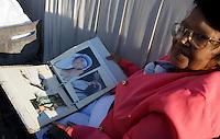 Una donna mostra alcune foto di Madre Teresa in Piazza San Pietro in occasione della messa celebrata da Papa Francesco per la sua canonizzazione, Citta' del Vaticano, 4 settembre 2016.<br /> A woman shows some photos of Mother Teresa in St. Peter's Square during a mass celebrated by Pope Francis for her canonization, at the Vatican, 4 September 2016.<br /> <br /> UPDATE IMAGES PRESS/Isabella Bonotto<br /> <br /> STRICTLY ONLY FOR EDITORIAL USE