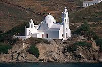 Kirche am Hafen auf der Insel Ios, Griechenland, Europa