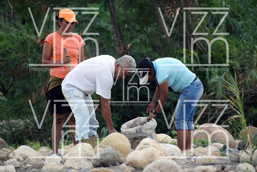CUCUTA - COLOMBIA, 02-03-2019: Habitantes de la frontera arrglan las trochas por donde Venezolanos tratan de pasar la frontera, por la trocha Manguitos, hacia Colombia hoy, 2 de marzo de 2019, huyendo de las dificiles condiciones en su país en el cual el regimen de Nicolás Maduro disputa el poder con Juan Guaidó, presidente interino de Venezuela y reconocido por parte de la comunidad internacional. / Inhabitants of the area arrange the steps where Venezuelan people cross the border by the step walk Manguitos today, March 02, 2019, to Colombia leaving the bad conditions of their country in which the Maduro's regimen dispute the power with Juan Guaido interim president and recognized by many international comunity . Photo: VizzorImage / Manuel Hernandez / Cont