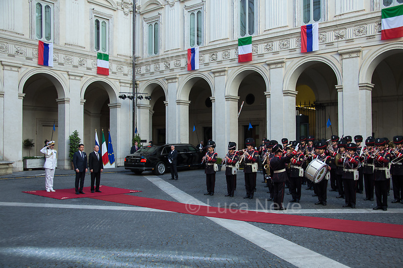 (From R to L) Vladimir Putin, Giuseppe Conte and Admiral Sq. Carlo Massagli (Military Advisor to the Prime Minister and Head of the Secretariat Office).<br />