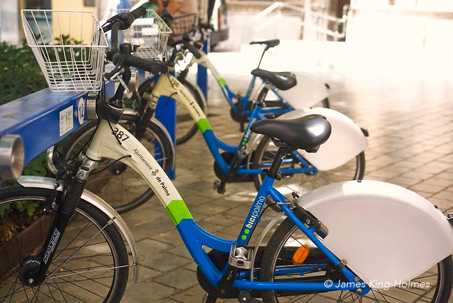 The city of Palma de Mallorca makes bicycles available to use by registered citizens and visitors. They can be picked up and returned to any of a number of stations within the city. The service is called Bicipalma.