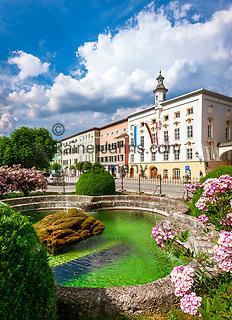 Deutschland, Bayern, Chiemgau: Tittmoning - Stadtplatz mit Rathaus und Springbrunnen | Germany, Bavaria, Chiemgau: Tittmoning - Town Square with town hall and waterspout fountain