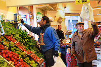 Discount di frutta e verdura gestito da immigrati egiziani. Discount of fruit and vegetables maintained by Egyptian immigrants.Abd...