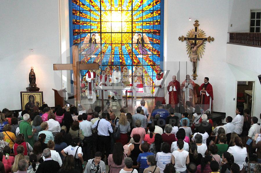 RIO DE JANEIRO, RJ, 17 JULHO 2013 - PEREGRINAÇÃO DOS ICONES DA JMJ  - Os ícones da JMJ a cruz peregrina e a imagem de Nossa Senhora chegam a igreja Nossa Senhora do Parto no centro da cidade, nessa quarta 17. (FOTO: LEVY RIBEIRO / BRAZIL PHOTO PRESS)