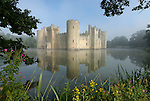 Grossbritannien, England, East Sussex, Schloss Bodiam im Morgennebel, erbaut 1385 | Great Britain, England, East Sussex, Bodiam Castle in morning mist. Built in 1385