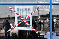 Nederland - Amsterdam -  2020.     Gebroken raam bij Station Sloterdijk.    Foto : ANP/ Hollandse Hoogte / Berlinda van Dam