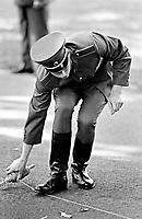 UNGARN, 14.07.1989.Budapest - VIII. Bezirk.Staatsbegraebnis von Janos Kadar (korrekt: J?nos K?d?r), Generalsekretaer der Kommunistischen Partei MSZMP auf dem Kerepesi Nationalfriedhof. Vorbereitungen am Kommunistischen Pantheon, militaerische Anmarschuebung..State funeral of Communist Party (MSZMP) General Secretary Janos Kadar who died on July 6. Preparations under way at the Kerepesi national cemetery's communist pantheon. Exercising military..© Martin Fejer/EST&OST