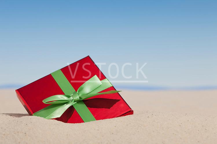 USA, Illinois, Metamora, Gift buried in sand