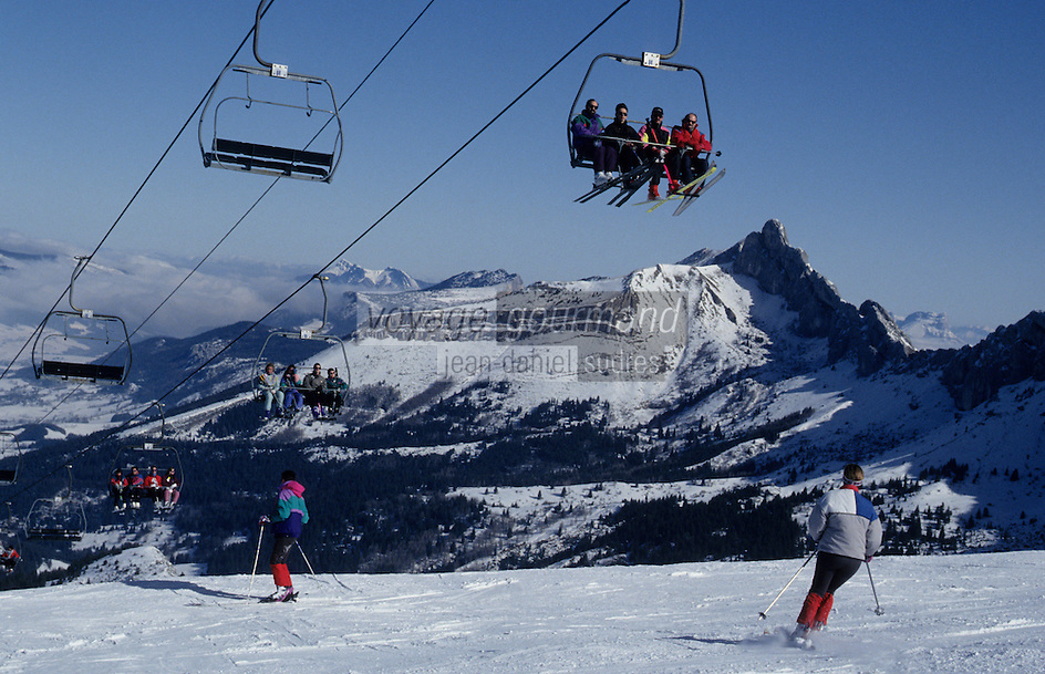 Europe/France/Rhône-Alpes/38/Isère/Env de Villard-de-Lans: Côte 2000 - Les pistes avec en fond le plateau du Cornafion - Skieurs et remontées mécaniques